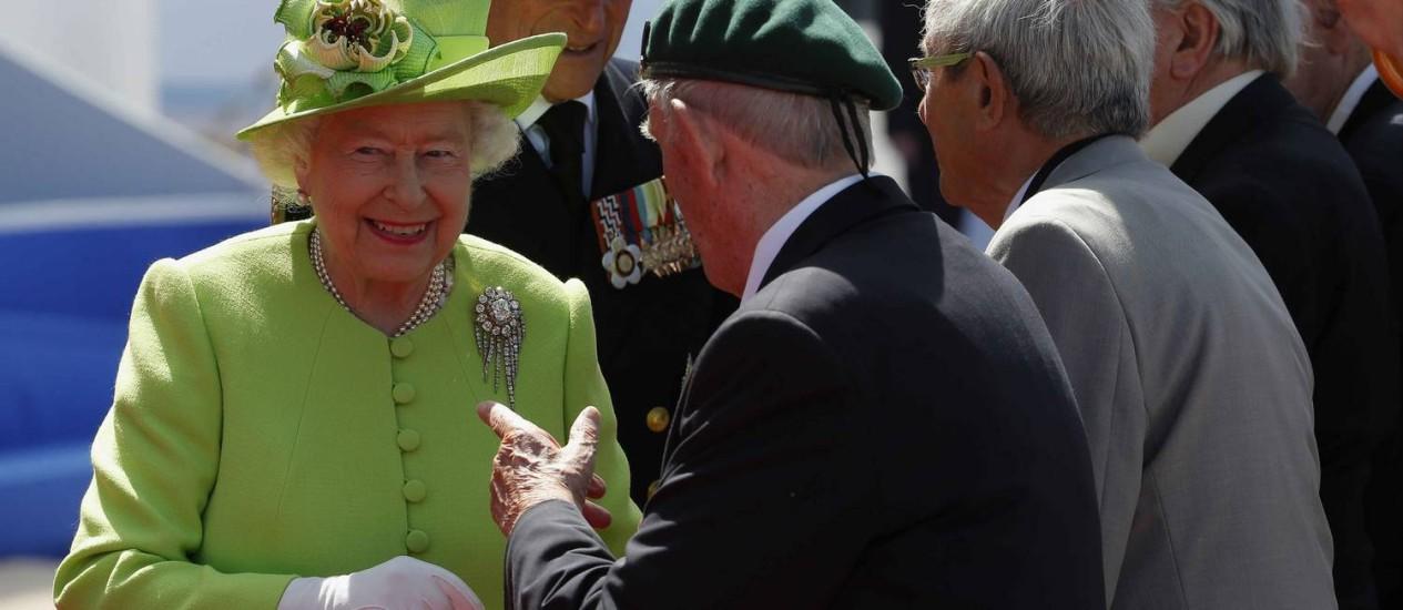 Rainha Elizabeth II e o príncipe Philip cumprimentam veteranos de guerra na celebração do Desembarque da Normandia Foto: Charles Dharapak / AP