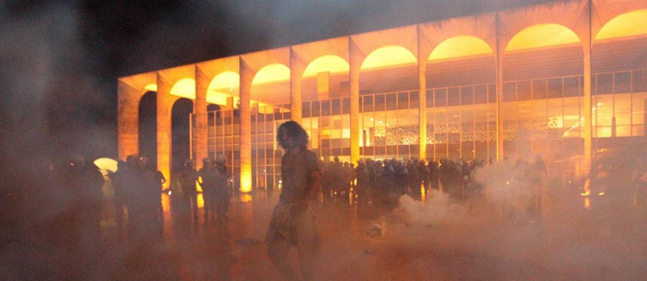 Manifestantes invadiram e depredaram o Palácio do Itamaraty em junho do ano passado Foto: André Coelho / O Globo