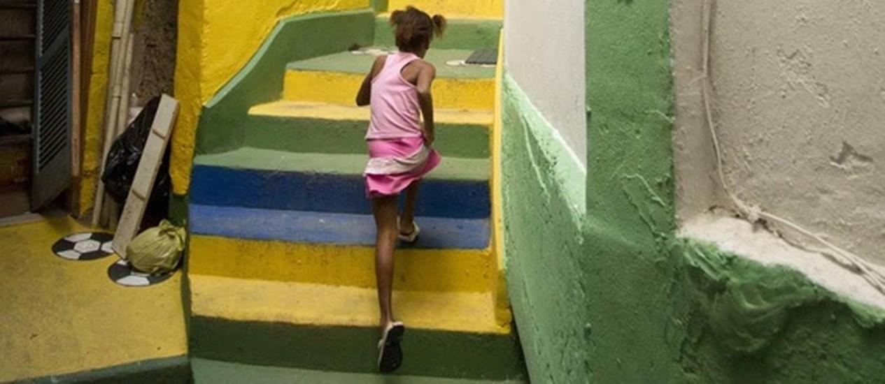 Menina sobe escadaria em viela do Santa Marta, totalmente decorada para a Copa do Mundo Foto: Márcia Foletto / Agência O Globo