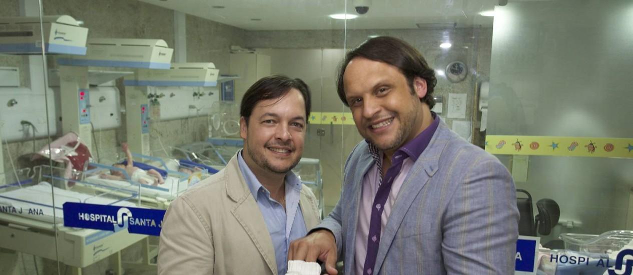 Mailton e Wilson Alves na maternidade onde nasceu Teo, segundo filho do casal Foto: Hans von Manteuffel / Agência O Globo