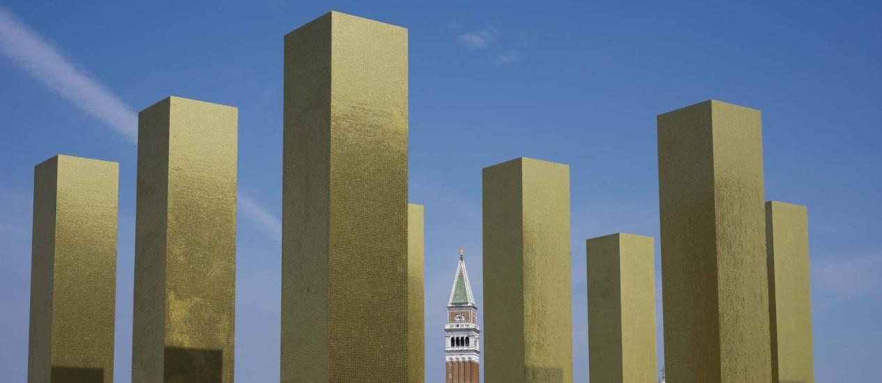 """A instalação """"The sky over nine columns"""", do alemão Heinz Mack,a 14ª Bienal de Arquitetura de Veneza Foto: Domenico Stinellis/AP"""