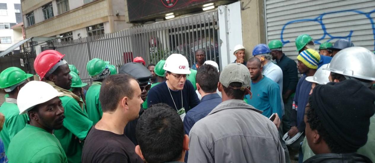 Protesto na Arena da Baixada. Pagamento foi prometido para a próxima quinta-feira Foto: Agência O Globo
