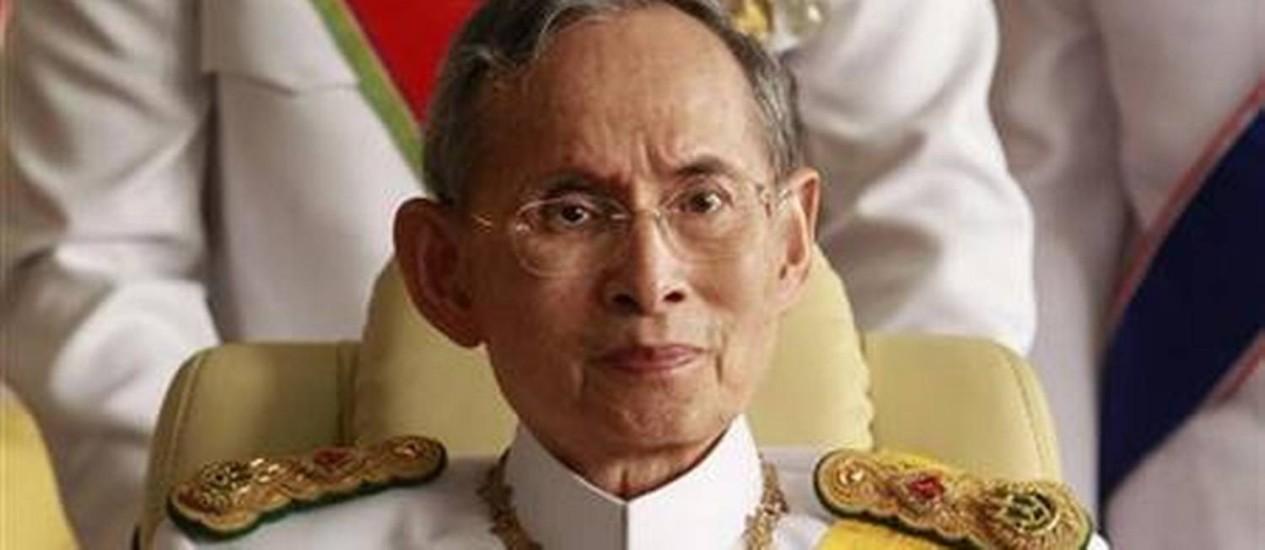 Rei Bhumibol Adulyadej. Saúde frágil do monarca, adorado pelas elites tailandesas, é um dos principais elementos das disputas políticas no país Foto: REUTERS