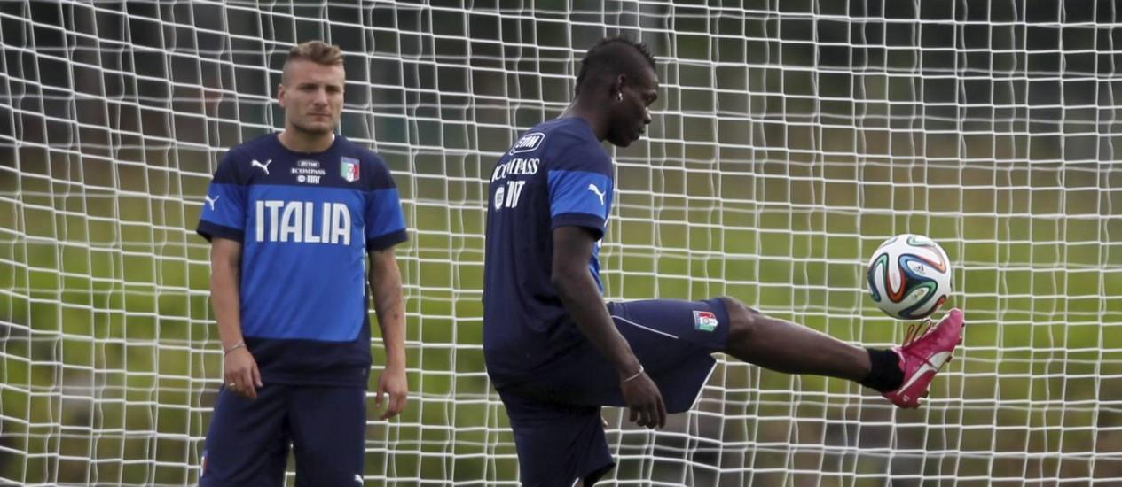 Abate e Balotelli durante treino da Itália em Mangaratiba. Por precaução, seleção trouxe 25 jogadores ao Brasil Foto: Marcelo Carnaval / Agência O Globo
