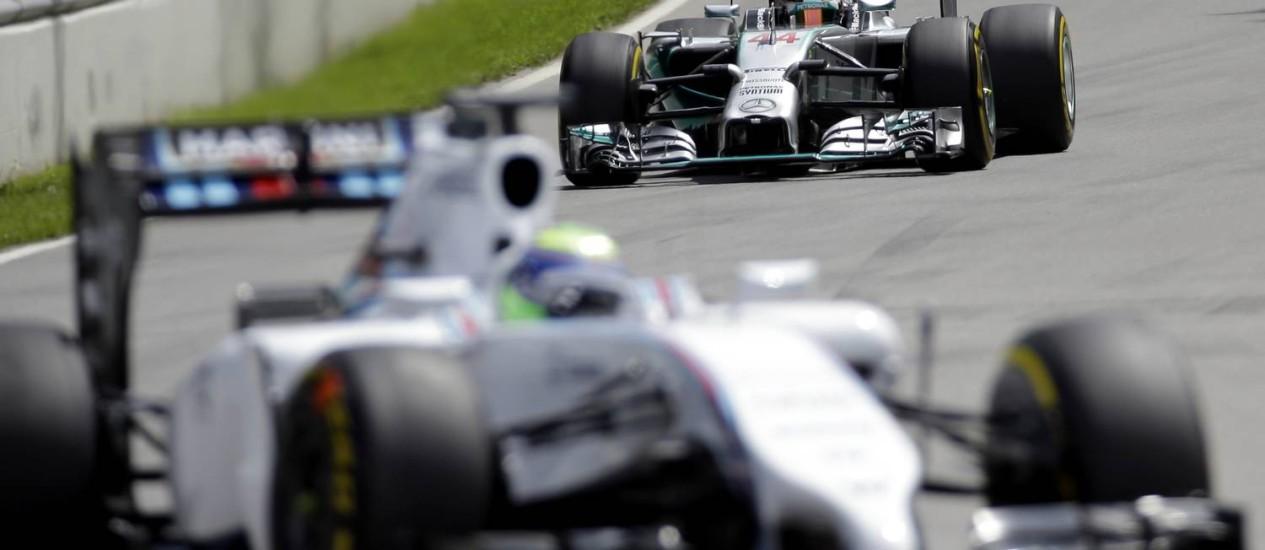 Lewis Hamilton (ao fundo) no segundo treino livre do GP de Montreal: piloto da Mercedes manteve a hegemonia da escuderia ao fim desta sexta Foto: David J. Phillip / AP