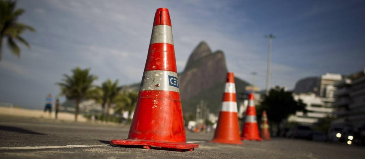 Cones em Ipanema, com o Dois Irmãos ao fundo: CET-Rio comprou três mil sinalizadores para serem usados no Mundial Foto: Márcia Foletto / Agência O Globo