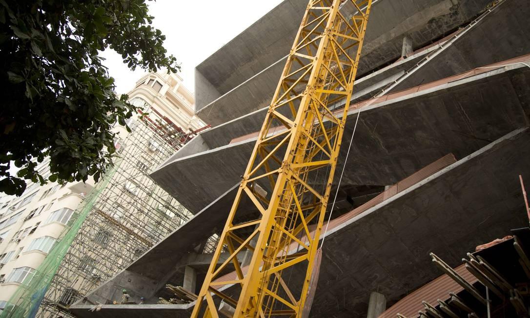 Andaimes de proteção da fachada foram retirados nesta semana, revelando um pouco do prédio Foto: Márcia Foletto / Agência O Globo