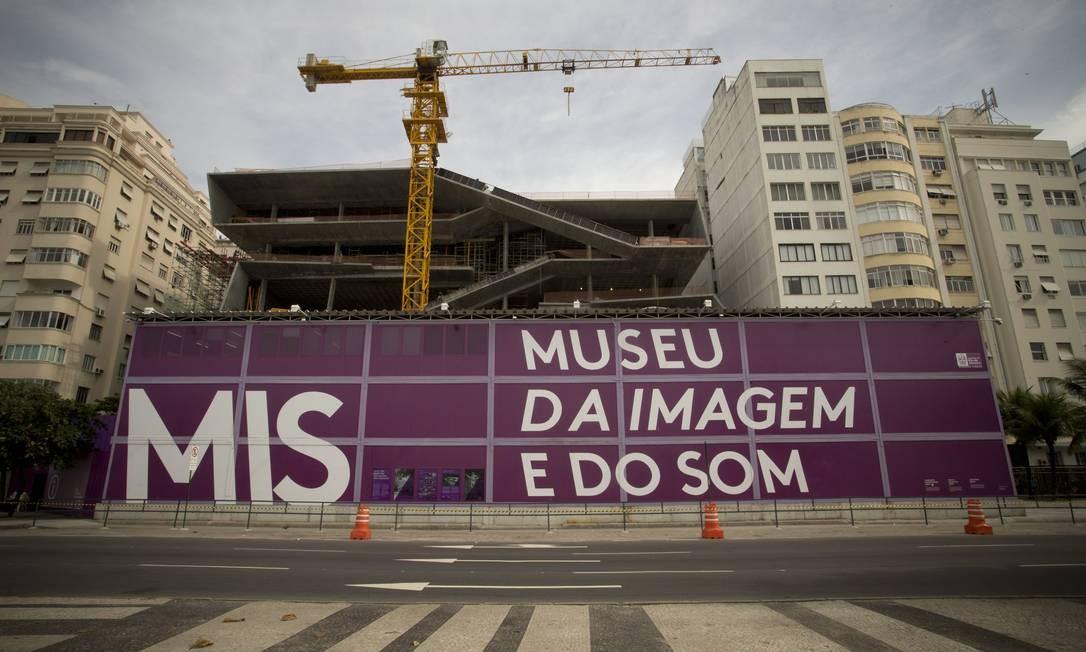 Quem passa pela Avenida Atlântica já tem uma ideia de como edifício vai ficar Foto: Márcia Foletto / Agência O Globo
