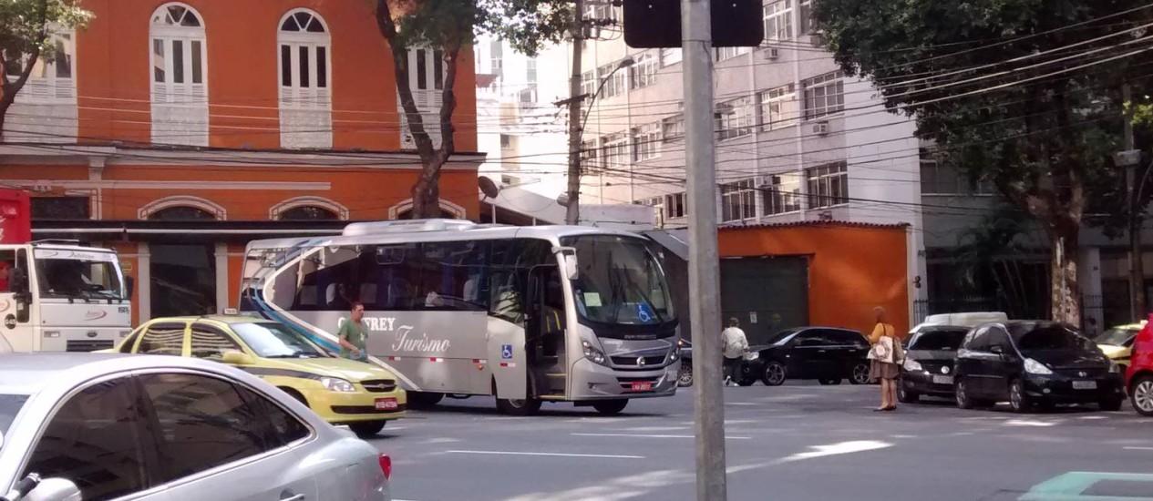 Ônibus para irregularmente em frente à restaurante na Tijuca Foto: Leitora Alessandra Santos / Eu-Repórter