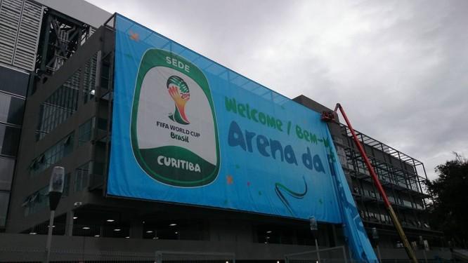 A entrada principal da Arena da Baixada recebeu uma imensa faixa de recepção aos torcedores para a Copa do Mundo Foto: Victor Costa
