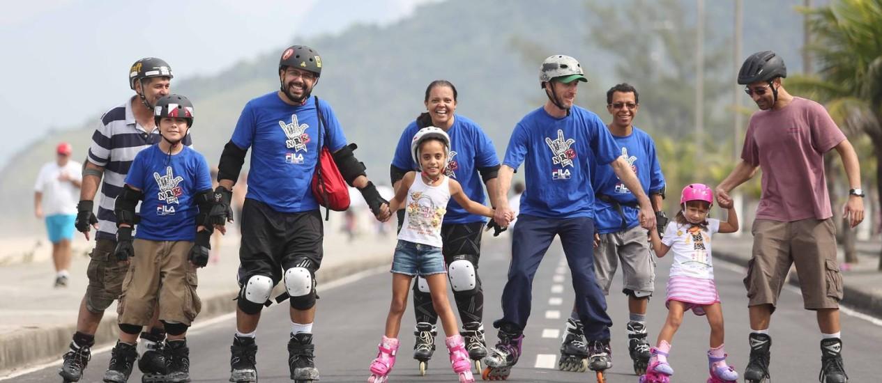 Crianças e adultos se divertem em aula de patinação. Foto: Rogério Santana / Divulgação