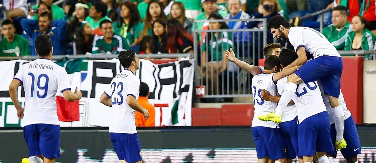 Jogadores de Portugal comemoram o gol de Bruno Alves Foto: Jared Wickerham / AFP