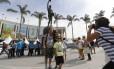 Poloneses posam para fotos com o Estádio do Maracanã ao fundo