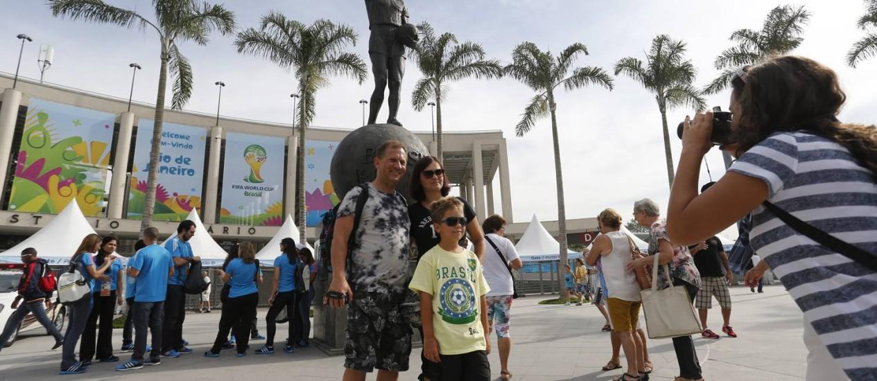 Poloneses posam para fotos com o Estádio do Maracanã ao fundo Foto: Pablo Jacob / Agência O Globo