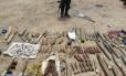 Forças de segurança iraquianas exibem armas e munições confiscados do grupo militante sunita Estado Islâmico do Iraque e do Levante em Samarra