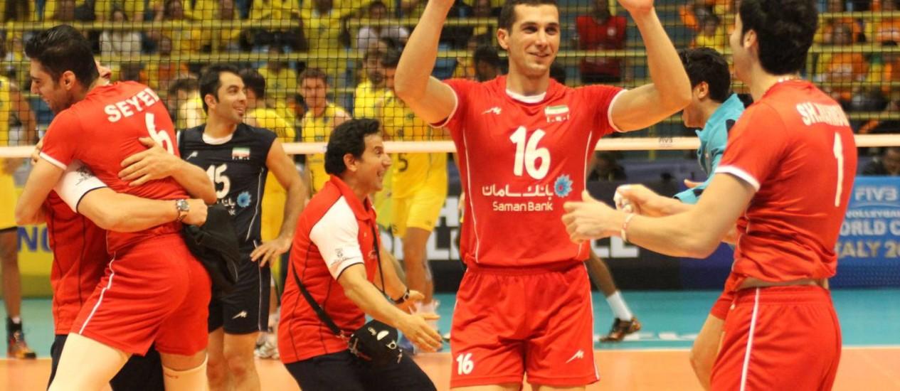 Jogadores iranianos comemoram a vitória inédita sobre o Brasil na Liga Mundial. Foto de divulgação/FIVB