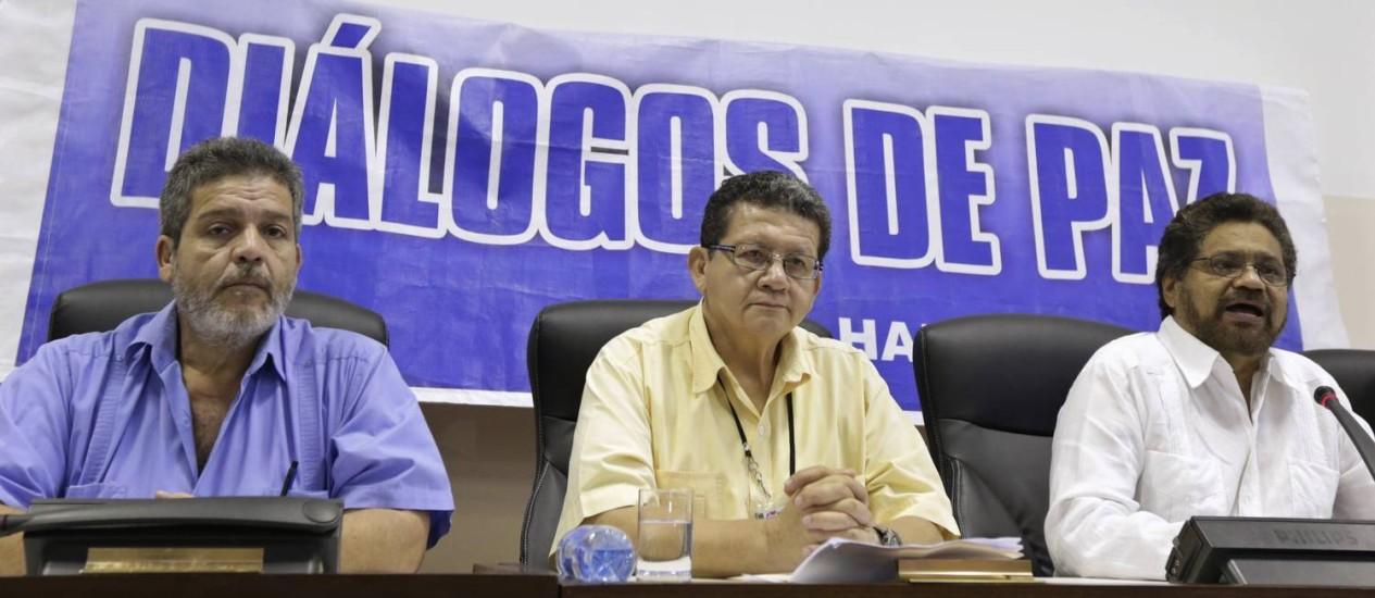 Ivan Márquez, chefe das negociações das Farc, participa de entrevista coletiva ao lado dos negociadores Pablo Catatumbo e Marcos Carratala, em Havana Foto: ENRIQUE DE LA OSA / REUTERS