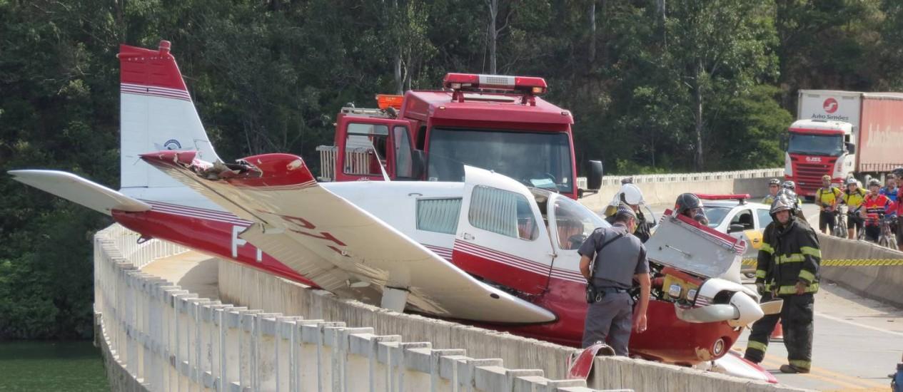Avião fez pouso forçado em ponte na estrada de Santa Inês, em Mairiporã Foto: Oslaim Brito / Parceiro Agência O Globo