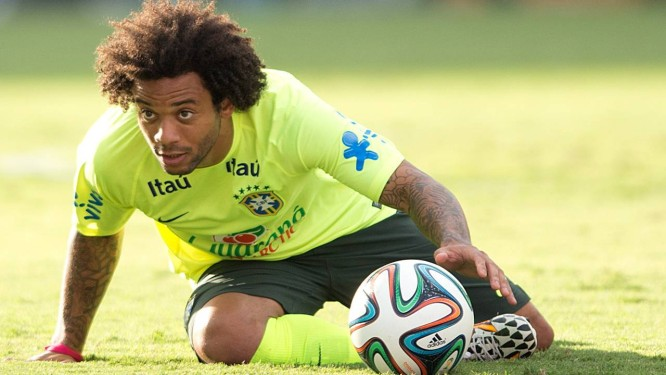 Marcelo em treino da seleção brasileira na Granja Comary Foto: Alexandre Cassiano / Agência O Globo