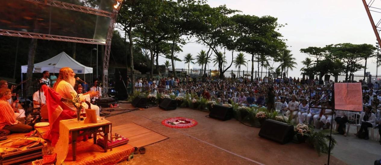 Paz e amor. O líder espiritual Prem Baba fala sobre autoconhecimento em evento no Arpoador Foto: Marcos Tristão / Marcos Tristão