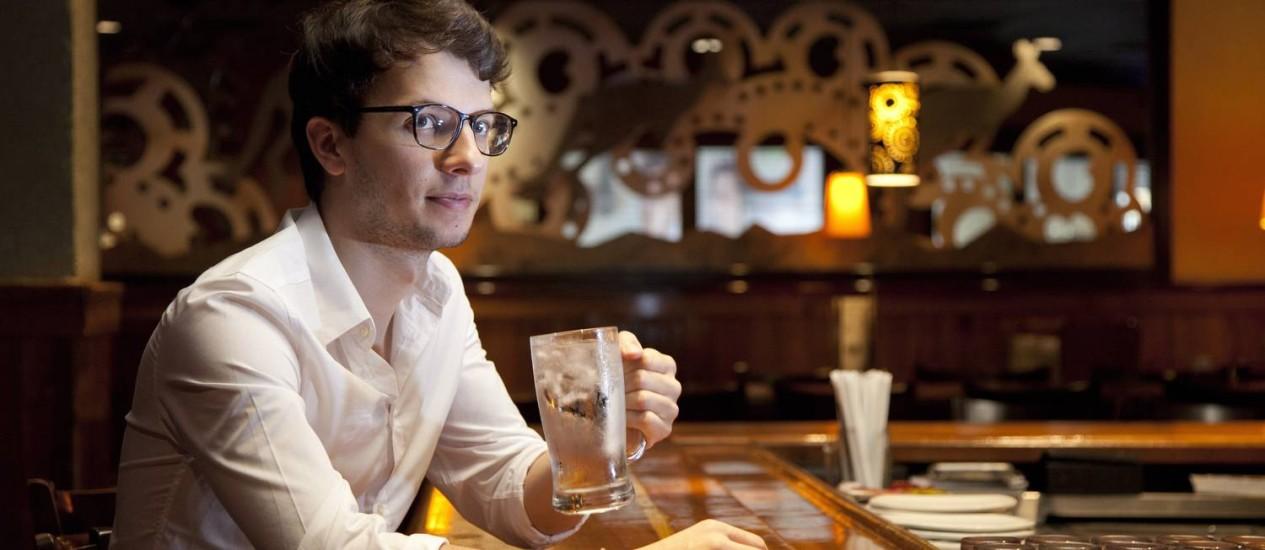 Surpresa. O francês Jean Reneaume foi surpreendido com a água gratuita e comemorou o fato da bebida já vir com gelo Foto: Bianca Pimenta