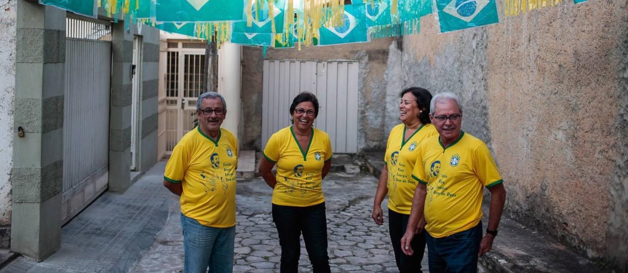 Tios de Fred conversam na Rua Plácido Martins com o portão da vizinha Hélia Maria ao fundo Foto: Pedro Kirilos / Agência O Globo