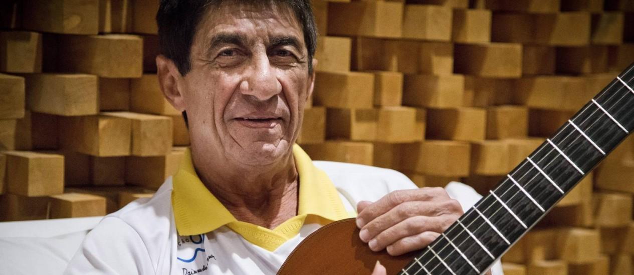 Afinado com a bola. Raimundo Fagner em seu estúdio no bairro de Fátima, em Fortaleza, onde recebeu a equipe do GLOBO para um bate-papo sobre futebol Foto: Guito Moreto