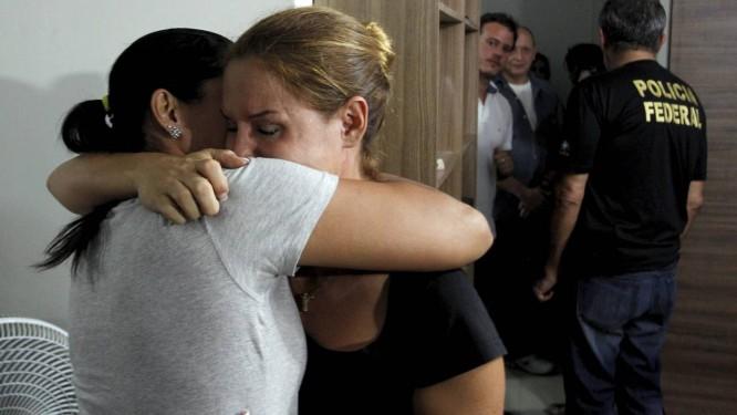 A mãe Júlia Coutinho chora após o ex-marido anunciar que desistiu de expatriar os dois filhos Foto: Gabriel de Paiva