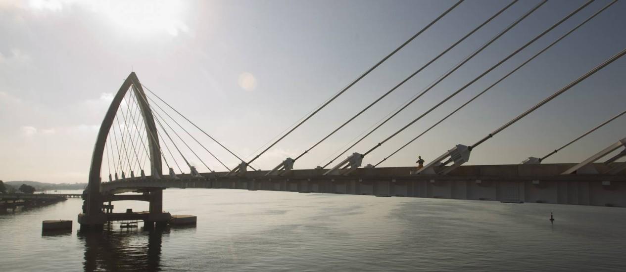 """A ponte estaiada do BRT Transcarioca, que liga a Barra ao Aeroporto Internacional Tom Jobim: projeto precisa estar integrado a outros sistemas de transporte para não virar apenas um """"meio-legado"""" em mobilidade Foto: Agência O Globo / Márcia Foletto"""