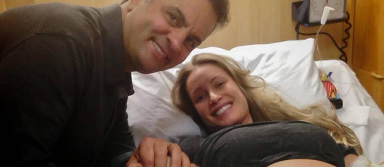 Aécio Neves anuncia chegada dos filhos gêmeos no Facebook Foto: Reprodução Facebook
