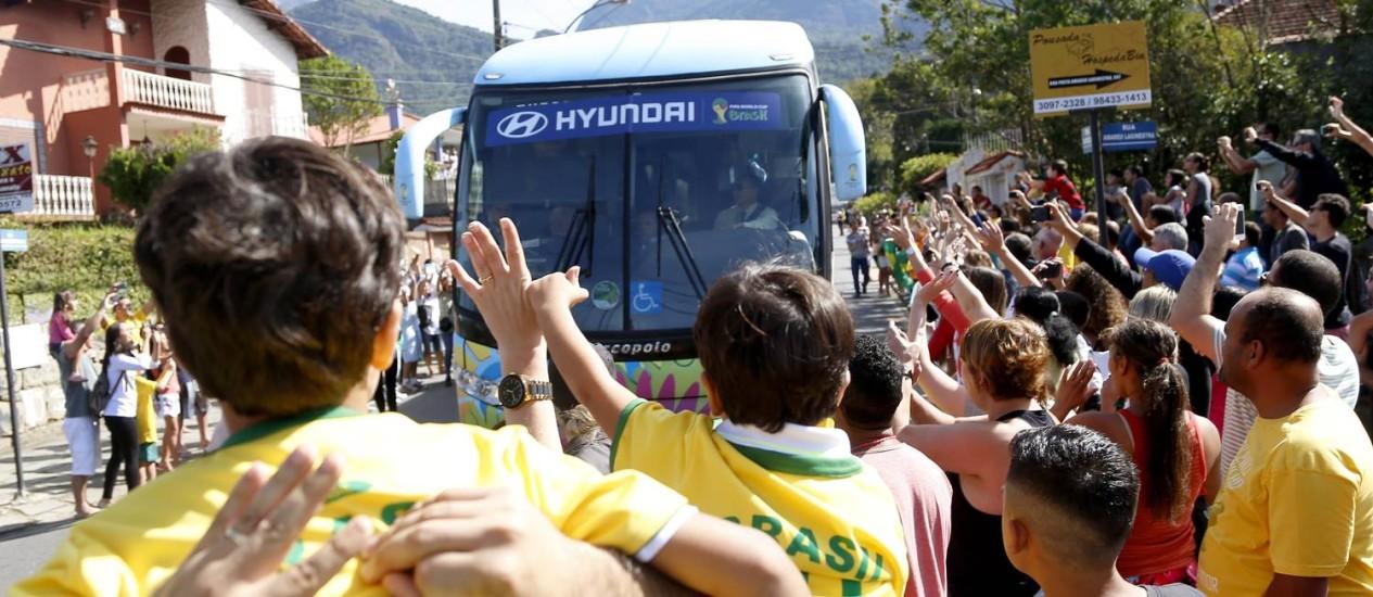 Torcedores fazem festa para receber a seleção brasileira na chegada à Granja Comary Foto: Ivo Gonzalez / Agência O Globo