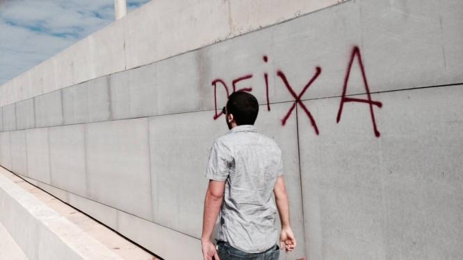 Jovem é flagrado pichando viaduto recém-inaugurado em Brasília Foto: Leitor