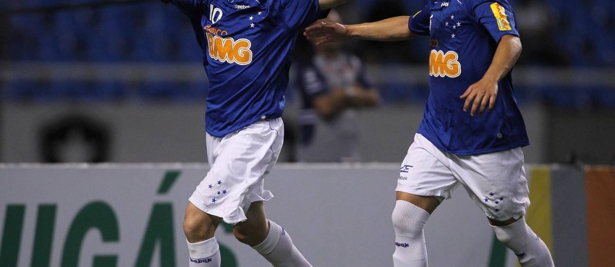 Montillo (esquerda) com a camisa do Cruzeiro, onde jogou de 2010 a 2012: meia era pretendido pelo Fla, mas chineses não aceitaram empréstimo Foto: Alexandre Cassiano / Agência O Globo