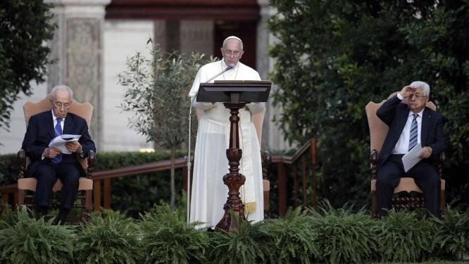 O Papa Francisco discursa, observado por Peres (à esquerda) e Abbas, nos jardins do Vaticano Foto: MAX ROSSI / REUTERS
