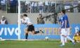 Pelo Grêmio, Kleber comemora gol contra o Cruzeiro, seu ex-clube: atacante está praticamente acertado com o Vasco