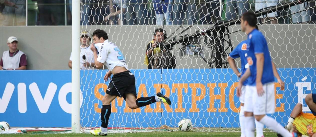 Pelo Grêmio, Kleber comemora gol contra o Cruzeiro, seu ex-clube: atacante está praticamente acertado com o Vasco Foto: André Brant / Hoje em Dia