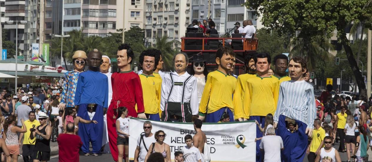 Contra a Hepatite C, Messi, Neymar e o Papa Francisco representados nos bonecos gigantes de Olinda Foto: Márcia Foletto / Agência O Globo