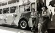 Turnê mágica e misteriosa. Paul, Linda e os Wings no ônibus com desenhos psicodélicos usado durante os improvisados shows do grupo pela Europa em 1972: clima hippie em busca de novos caminhos para a carreira