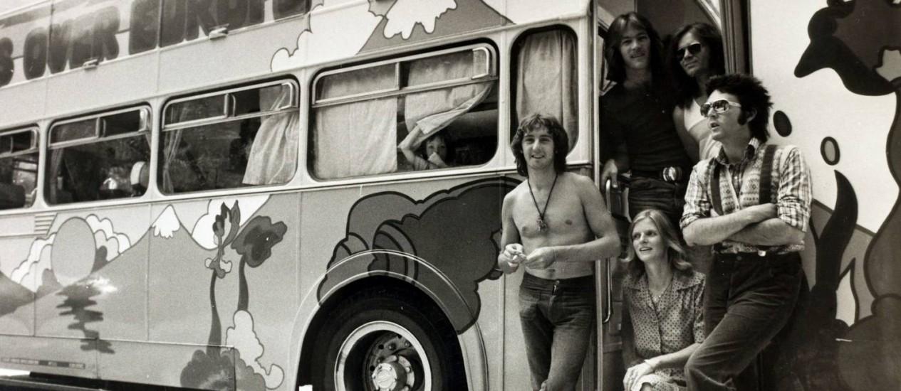 Turnê mágica e misteriosa. Paul, Linda e os Wings no ônibus com desenhos psicodélicos usado durante os improvisados shows do grupo pela Europa em 1972: clima hippie em busca de novos caminhos para a carreira Foto: Divulgação