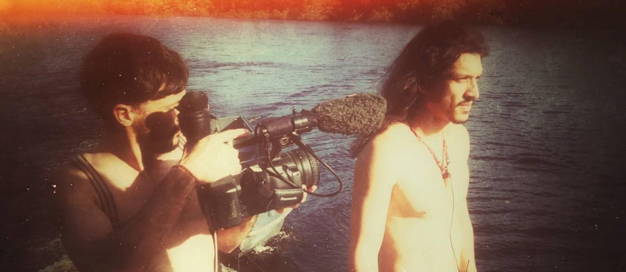 País tropical. Vincent Moon gravando o músico amazonense Mac Gyver interpretando Jorge Ben Jor no Rio Amazonas, no último sábado Foto: Divulgação / Benjamin Rassat