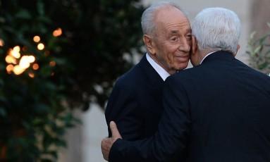 Mahmoud Abbas beija Shimon Peres no rosto após uma prece com o Papa no Vaticano Foto: FILIPPO MONTEFORTE / AFP