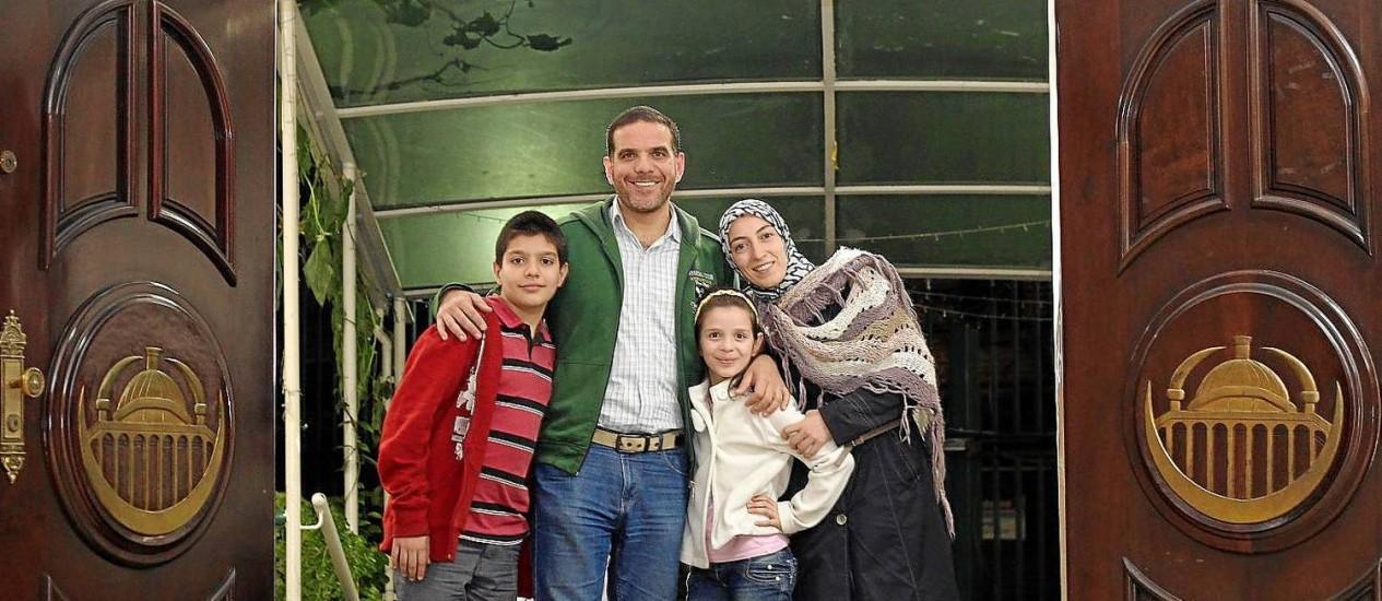 Altinawi teve que migrar às pressas com a mulher, Ghazal, e os filhos, Riad e Yara, depois que foi confundido com opositor de Bashar Al-Assad Foto: Fernando Donasci / Agência O Globo