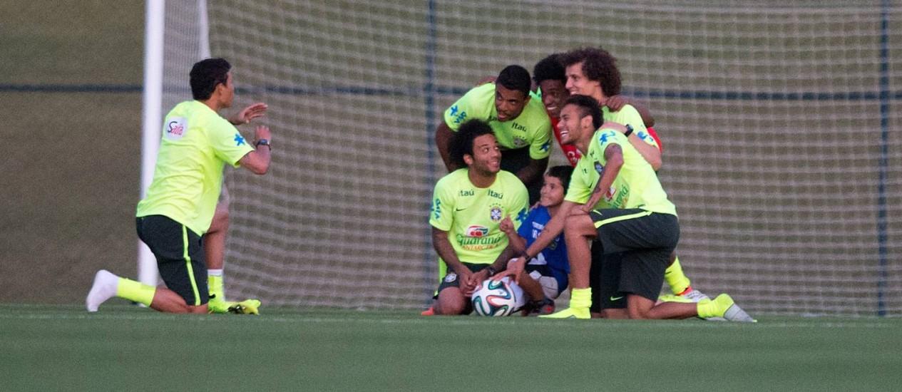 Thiago Silva se prepara para bater foto do menino Bernardo Ramos com outros jogadores da seleção Foto: Alexandre Cassiano / Agência O Globo