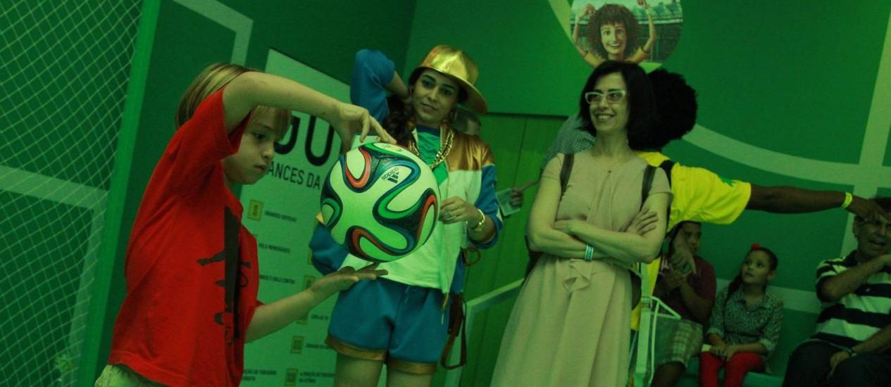 Antônio, filho da atriz Fernanda Torres, se diverte com o telão interativo Foto: Agência O Globo / Pedro Teixeira