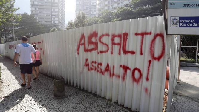 Pichações em tapumes de uma obra da Rio-Águas advertem para o perigo de assaltos Foto: Agência O Globo / Pablo Jacob