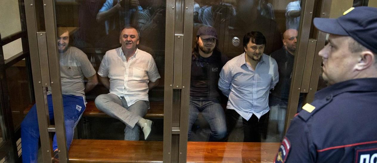 Da esq. para a dir.: Ibragim Makhmudov, Lom-Ali Gaitukayev, Dzhabrail Makhmudov, Rustam Makhmudov e Sergei Jadzhikurbanov aguardam o veredicto em um tribunal de Moscou Foto: Pavel Golovkin / AP