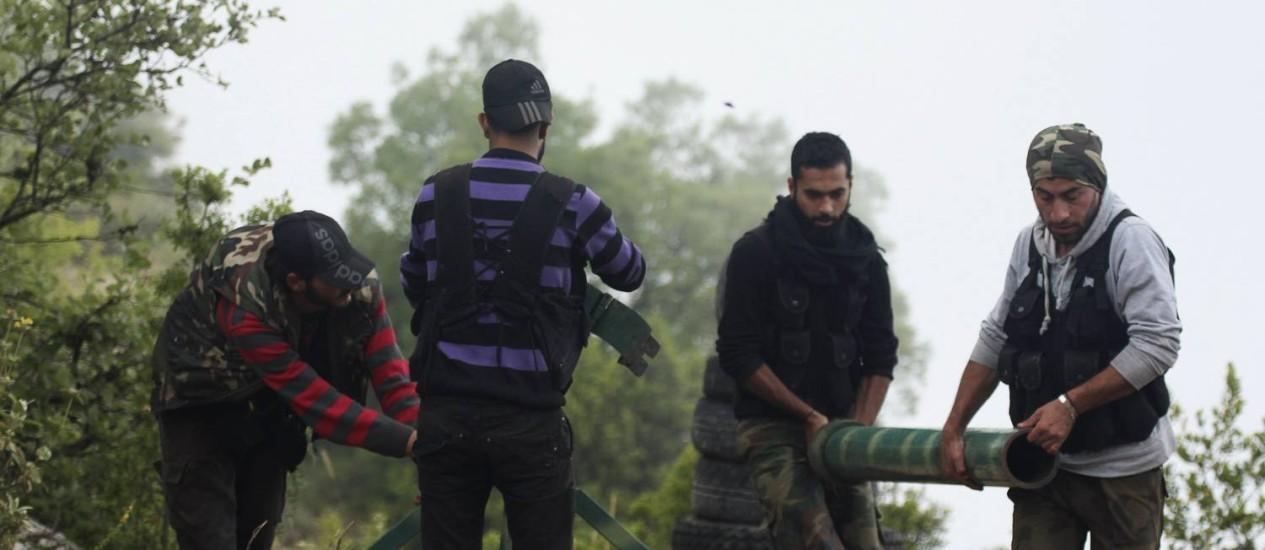 Rebeldes preparam morteiros para lançar contra as forças do presidente Bashar al-Assad na cidade costeira de Latakia Foto: ALAA KHWELED / Reuters