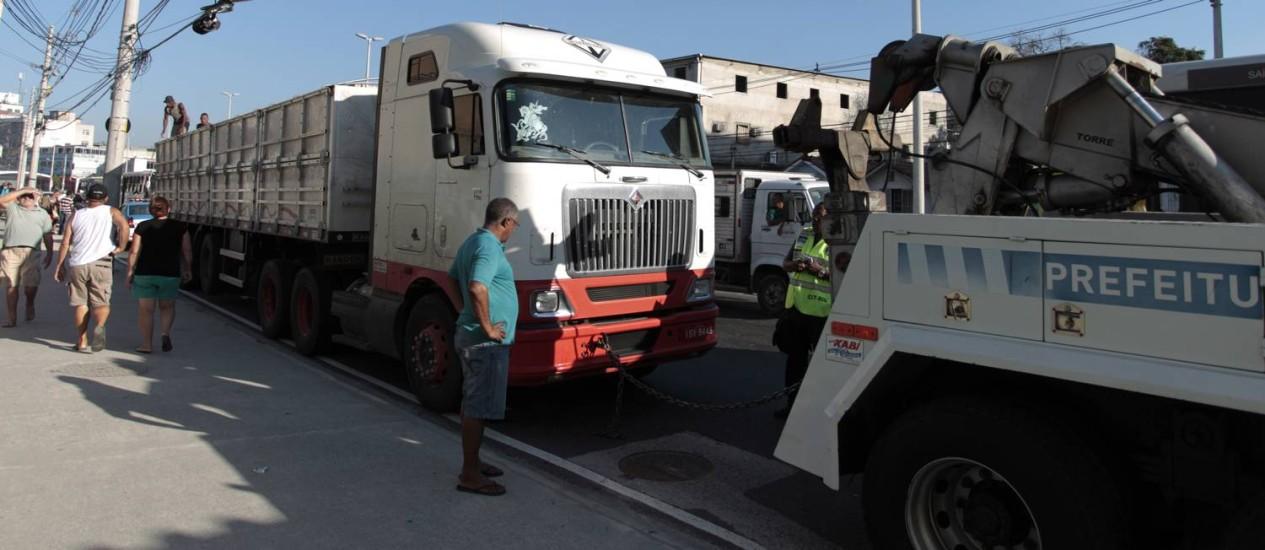 O caminhão que enguiçou na Avenida Brás de Pina teve que ser rebocado Foto: Bruno Gonzalez / Agência O Globo