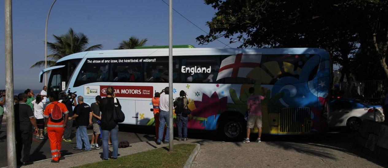 Ônibus da Inglaterra fica atravessado na orla esperando jogador Foto: Marcelo Carnaval / Agência O Globo