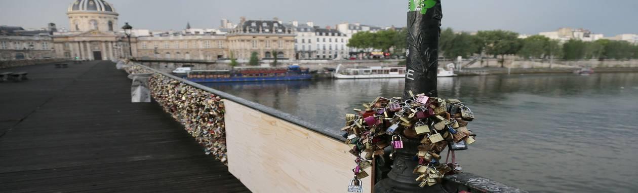 """A Pont des Arts com um tapume no local da mureta que cedeu sob o peso dos """"cadeados do amor"""" Foto: JACQUES DEMARTHON / AFP"""